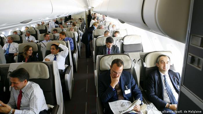 Reisemythen Flugzeug Insassen Passagiere (picture alliance/dpa/E. de Malglaive)