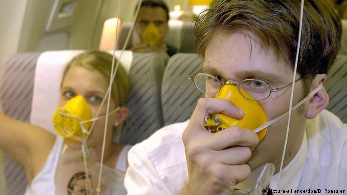Reisemythen Sauerstoffgerät Sauerstoffmaske Flugzeug Ernstfall Notfall Luftdruck (picture-alliance/dpa)