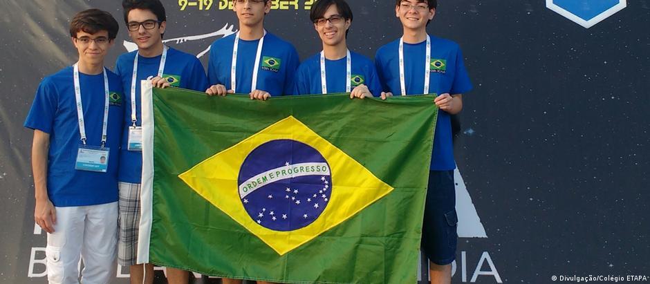 Os cinco alunos que representaram o Brasil na Olimpíada Internacional de Astronomia e Astrofísica de 2016
