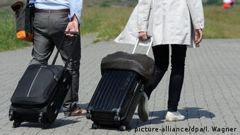 Reisen 2017 - Touristen mit Koffer (picture-alliance/dpa/I. Wagner)