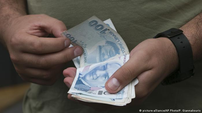 Türkei Währung (picture-alliance/AP Photo/P. Giannakouris)