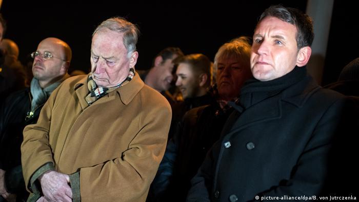 Deutschland Berlin Mahnwache rechter Gruppen vor dem Bundeskanzleramt