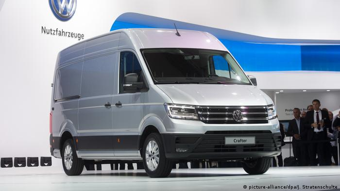 Volkswagen Crafter (picture-alliance/dpa/J. Stratenschulte)