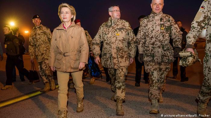 Afghanistan Masar-i-Sharif Besuch Ursula von der Leyern, Verteidigungsministerin (picture-alliance/dpa/G. Fischer)