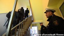 Polizeieinheiten stehen am 22.12.2016 in einem Hausflur in Dortmund (Nordrhein-Westfalen). Der Generalbundesanwalt wollte sich zu der Durchsuchungsaktion zunächst nicht näher äußern. Foto: Bernd Thissen/dpa |