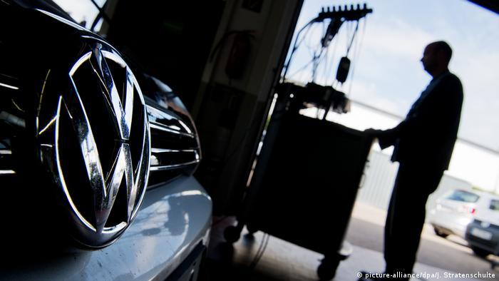 Автомеханик устанавливает обновление программного обеспечения на автомобиль марки Volkswagen