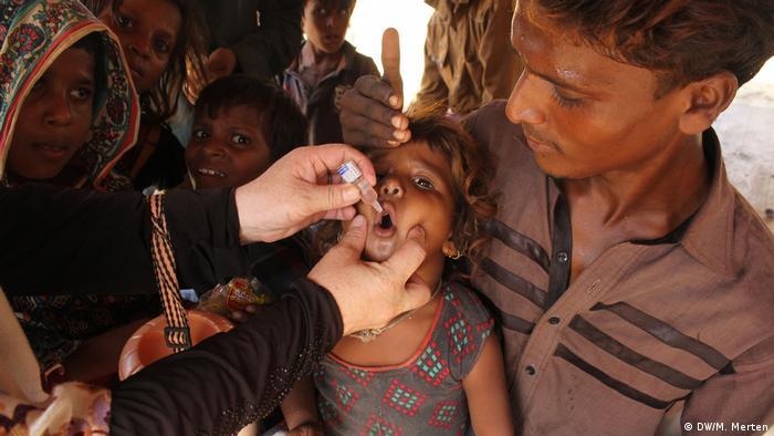 Pakistan Impfhelfer bei den Polio-Impfungen in einem Slum von Karatschi