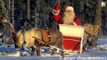 Der Weihnachtsmann in seinem von einem Rentier gezogenen Schlitten am Polarkreis in Lappland im November 1995.  