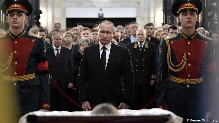 Putin depositou rosas vermelhas aos pés do caixão de Andrei Karlov