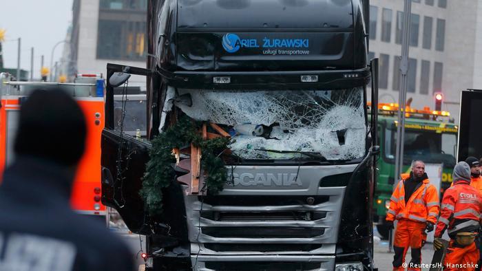 El ataque terrorista perpetrado el 19 de diciembre en la Breitscheidplatz de Berlín fue perpetrado por el joven tunecino Anis Amri, quien embistió con un camión a la multitud que se congregaba en un mercado navideño. El ataque segó la vida de doce personas y dejó heridas a unas cincuenta. Anis Amri, que se declaró en un video seguidor de EI, fue abatido por la Policía en Milán el 23.12.2017.