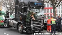 Berlin Anschlag Breitscheidplatz zerstörter LKW abgeschleppt