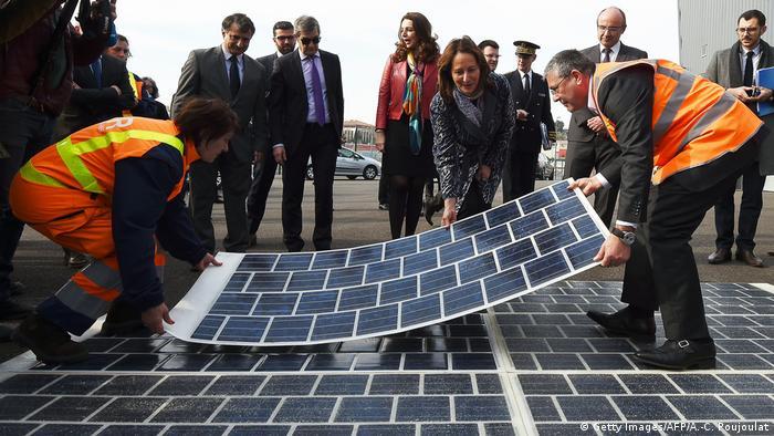 Ministra do Meio Ambiente francesa, Ségolène Royal, na estrada solar em construção em Marselha