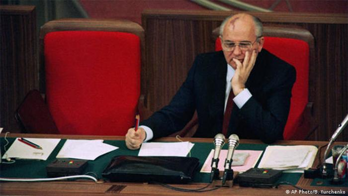 گورباچف در ۱۹۵۲ و در سن ۲۱ سالگی به حزب کمونیست اتحاد شوروی پیوست و با طی مدارج حزبی در سال ۱۹۷۰ دبیر اول حزب در استاوروپول و پس از بازگشت به مسکو در سال ۱۹۷۹ عضو هیئت سیاسی حزب کمونیست شد. او سه سال پس از مرگ برژنف و دوران کوتاه رهبری یوری آندروپوف و کنستانتین چرنینکو که به علت کهولت درگذشتند، در سال ۱۹۸۵ رهبری حزب را در دست گرفت.