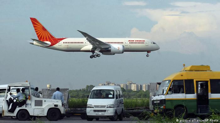 Indien New Delhi - Air India Flugzeug im Landeanflug Indira Gandhi International Airport (picture-alliance/AP Photo)