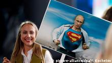 23.12.2016 **** epa05686313 A Russian journalist holds a poster with an image of President Vladimir Putin ripping open his shirt to reveal a 'Superman' costume prior to the annual media conference of the Russian president, in Moscow, Russia, 23 December 2016. A totalof 1,437 journalist from all regions of Russia are accredited at the press conference with many of them using various creative ways to attract the attention of the Russian leader and to ask their questions. EPA/YURI KOCHETKOV +++(c) dpa - Bildfunk+++