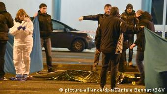 Από την συμπλοκή τραυματίστηκε ένας ιταλός αστυνομικός στον ώμο