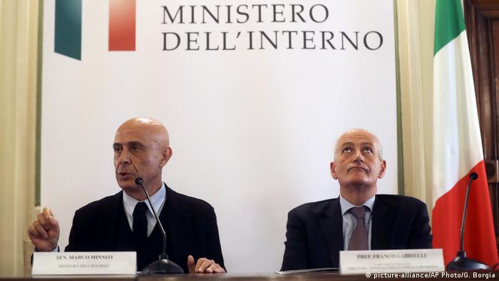 Italien Terrorverdächtiger Anis Amri inMailand erschossen Innenminister Marco Minniti (picture-alliance/AP Photo/G. Borgia)