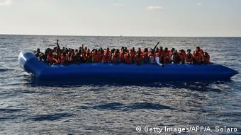 Οι βάρκες στις οποίες επιβαίνουν οι πρόσφυγες είναι κατά κανόνα εξαιρετικά ακατάλληλες και επικίδυνες για την ανοιχτή θάλασσα