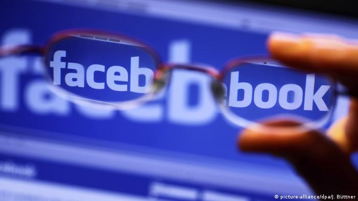 Symbolbild Facebook Social Media Fake News (picture-alliance/dpa/J. Büttner)