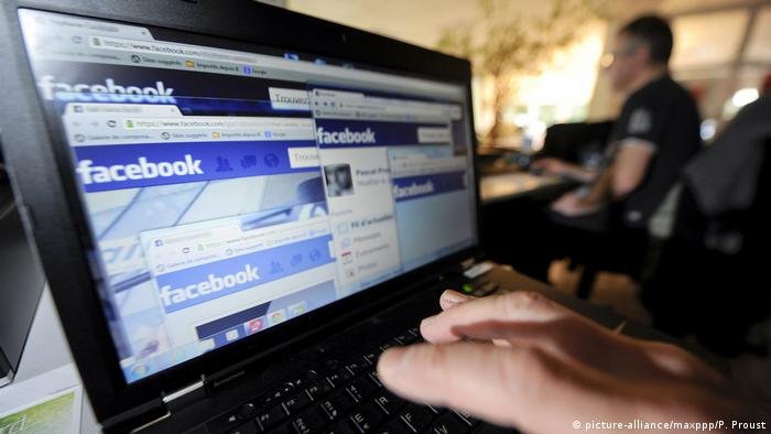 Symbolbild Facebook Social Media Fake News (picture-alliance/maxppp/P. Proust)