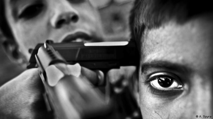 Aus dem Langzeitprojekt Kashmir. Ein Junge hält einem anderen eine Pistole an den Kopf. (Foto: A. Spyra)