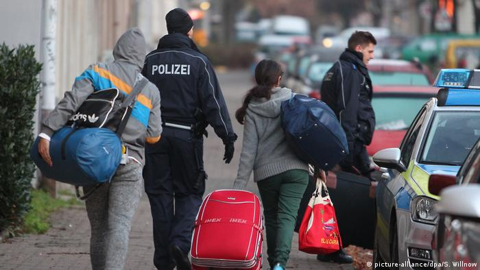Rejected asylum-seekers are escorted by police in Leipzig to the airport (picture-alliance/dpa/S. Willnow)