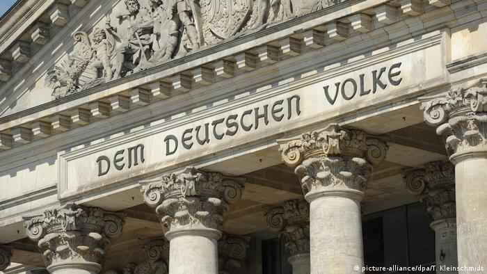 Dem Deutschen Volke″ – Reichstagsinschrift vor 100 Jahren angebracht |  Kunst | DW | 24.12.2016