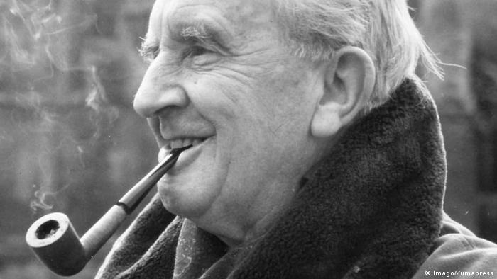 Tolkien in seinen letzten Lebensjahren mit Pfeife im Mund (Imago/Zumapress)