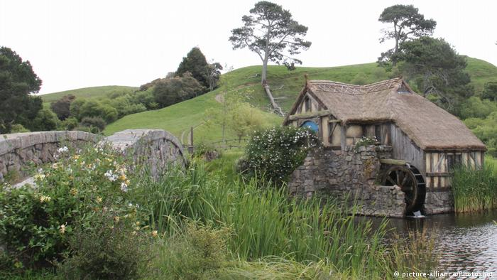 Filmkulissen für The Hobbit: Ein Haus am Fluss in einer grünen Landschaft (picture-alliance/Photoshot)