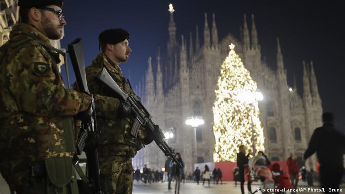 Italien Mailand Sicherheitskräfte vor Mailänder Dom mit Weihnachtsbaum