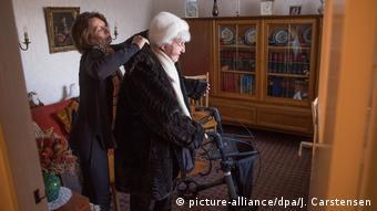 Deutschland Seniorin Edith Henschel und ihre Lebensbegleiterin Carola Braun in Berlin