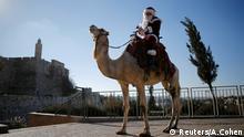 Jerusalem Issa Kassissieh trägt ein Nikolaus-Kostüm Jerusalem