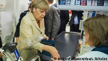 Bundeskanzlerin Angela Merkel (CDU) (M) und ihr Gast, der chinesische Ministerpräsident Li Keqiang (l), besuchen am 10.10.2014 zwischen zwei Terminen einen Supermarkt in Berlin. Foto: Lukas Schulze/dpa +++(c) dpa - Bildfunk+++ | Verwendung weltweit
