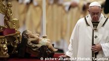 24.12.2016***Vatikan Pope Francis walks past a statue of Baby Jesus as he celebrates the Christmas Eve Mass in St. Peter's Basilica at the Vatican, Saturday, Dec. 24, 2016. (AP Photo/Alessandra Tarantino)  