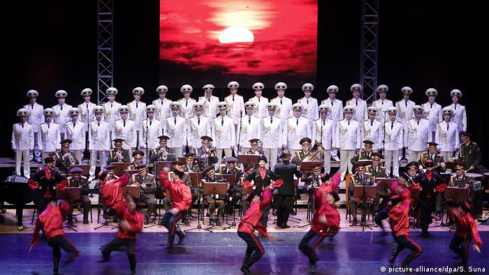 Russland Soldatenchor Alexandrow-Ensemble (picture-alliance/dpa/S. Suna)