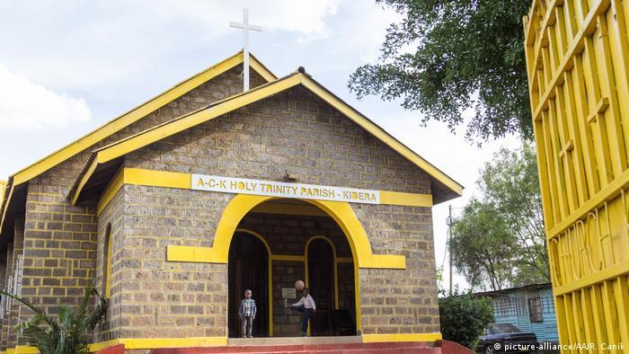 Afrika Kenia - Gelb gestrichene Kirchen als Symbol des Friedens (picture-alliance/AA/R. Canik)