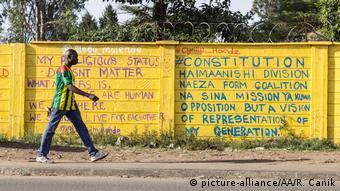 Afrika Kenia - Gelb gestrichene Kirchen als Symbol des Friedens
