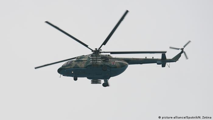 Военный вертолет во время спасательной операции на Черном море