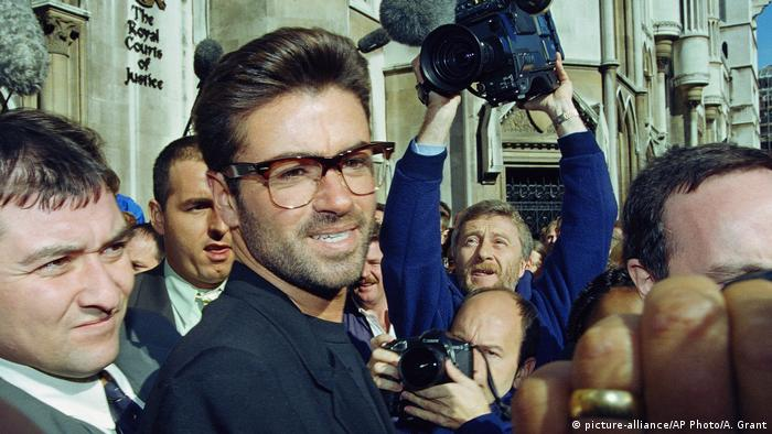 George Michael vor Gerichtshof in London nach streit mit Sony Music Entertainment (picture-alliance/AP Photo/A. Grant)