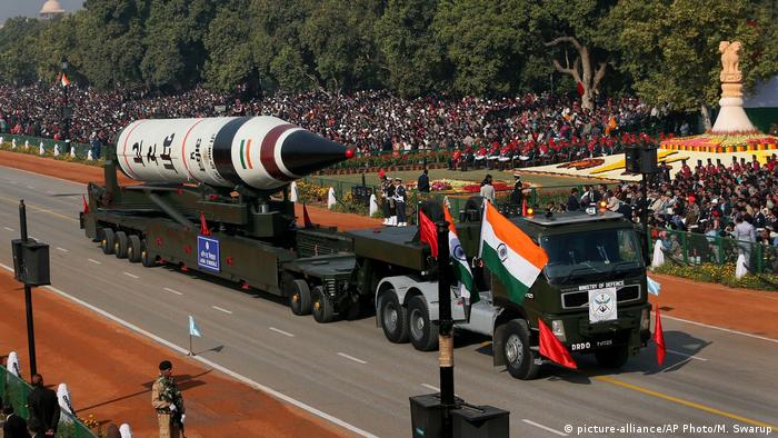 Indien - Rakete bei Parade (picture-alliance/AP Photo/M. Swarup)