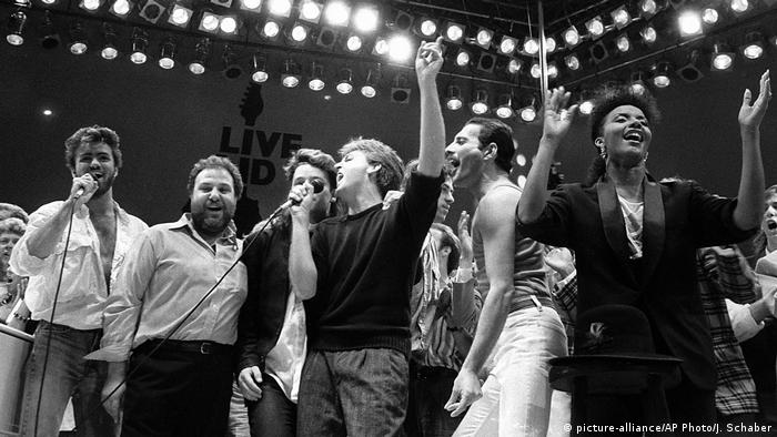 Live Aid Konzert 1985 mit George Michael, Harvey Goldsmith, Bono, Paul McCartney, Freddy Mercury (picture-alliance/AP Photo/J. Schaber)