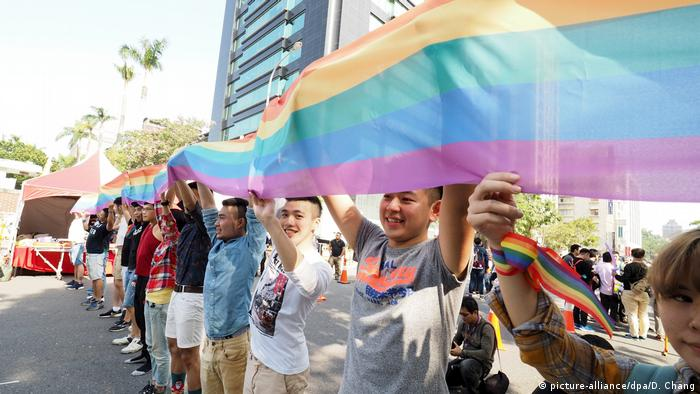 Taiwan Teipeh - Regenbogenflagge vor dem Parlament (picture-alliance/dpa/D. Chang)