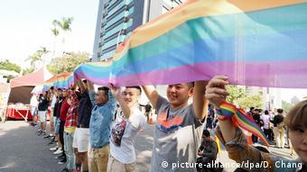 Taiwan Teipeh - Regenbogenflagge vor dem Parlament (picture-alliance/dpa/D. Chang)