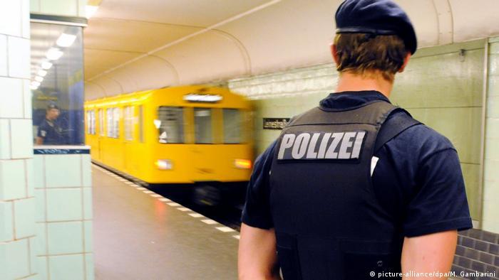 Polizei in Berliner U-Bahn (picture-alliance/dpa/M. Gambarini)