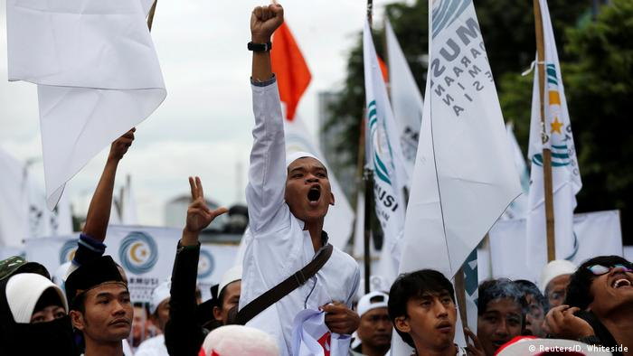 Jakarta Muslime protestieren gegen christlichen Gouverneur Basuki Tjahaja Purnama (Reuters/D. Whiteside)