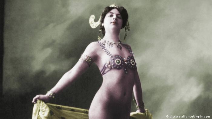 Такие фотографии Маты Хари продавались тогда во многих европейских столицах.