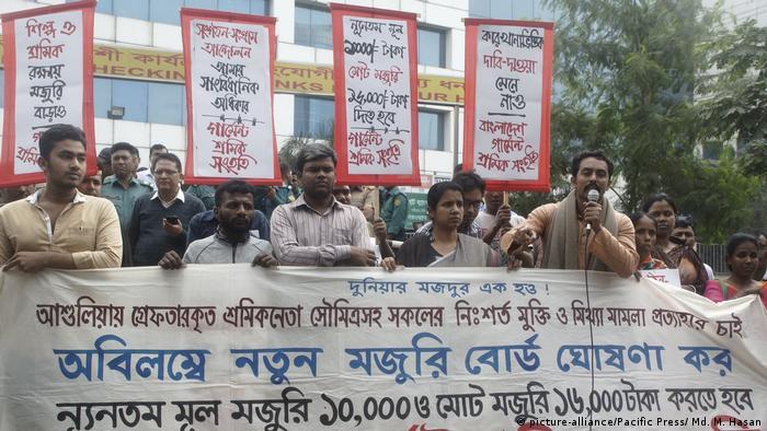 Bangladesh | Textilarbeiter protestieren für Mindestlohn (picture-alliance/Pacific Press/ Md. M. Hasan)
