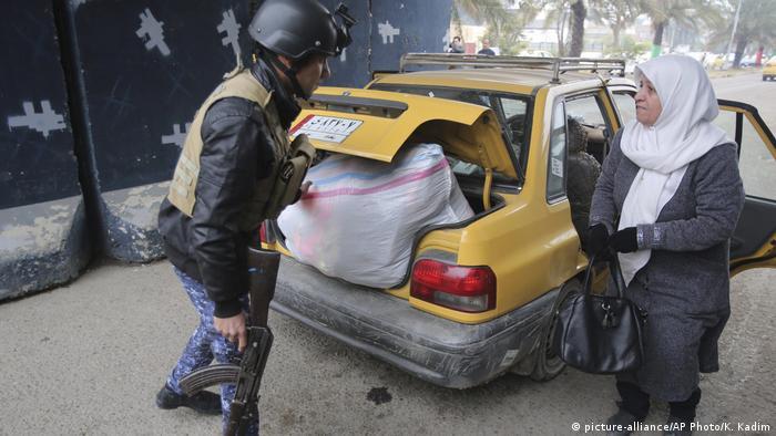 Irak | Polizeikontrolle nach der Entführung der Journalistin Afrah Shawqi al-Qaisi (picture-alliance/AP Photo/K. Kadim)