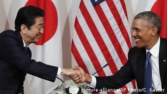 Barack Obama and Shinzo Abe shake hands in Hawaii (picture-alliance/AP Photo/C. Kaster)
