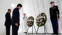 USA Barack Obama und Shinzo Abe auf dem USS Arizona Memorial in Honolulu